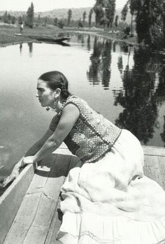 Frida  in another beautiful white skirt.