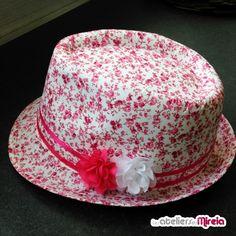 Customise ton chapeau de plage (Trilby), shoppé chez Allée du Foulard, avec de la colle textile Sader, des rubans de satin et des fleurs de chez Zibuline