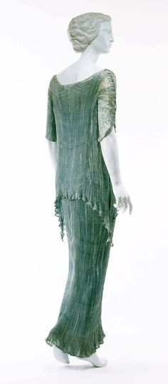 Dress – New Ideas Dress Fortuny Dress – The Met Museum – Italian – 1934 – medium: silk – combined inspiration from chiton and peplos, tunic-style dress inspired by the Greek, jewel tone use Vintage Outfits, Vintage Gowns, Vintage Mode, Dress Vintage, Vintage Hats, 1930s Fashion, Vintage Fashion, Work Fashion, Victorian Fashion