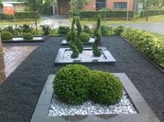 Create a rectangular plant bed in the front garden with an edge. Fill with slate chipping and architectural plants Create a rectangular plant bed in the front garden with an edge. Fill with slate chipping and architectural plants Front Garden Entrance, House Entrance, Gravel Garden, Garden Beds, Garden Plants, Slate Garden, Pebble Garden, Modern Garden Design, Landscape Design