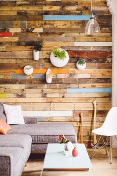 Decorate House Walls with Pallet Wall Cladding: However, today we will be presenting to you something different that you can do with pallet wood in your home. Pallet Accent Wall, Co Working, House Wall, Wall Cladding, Coworking Space, Wooden Walls, Small Apartments, Wood Pallets, Sweet Home