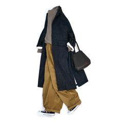 ヨーロッパのムードをそのままにイタリア製の上質なシルク混ネップツイードを使用したコートのご紹介です。ツイード特有のチクチク感もシルクやアルパカが混合されることで軽減され、一般的なものよりもかなり着心地が良いのが特徴。 身頃の裏地はコットン100%の天然素材が使われ、そで裏にはキュプラ100%の裏地を使っていることから、着心地も動きやすさも共に兼ね備えた仕様になっています。またビッグシルエットデザインなのでインナーにたくさん着込めるのも嬉しい。 今年はクラシックなテイストのアイテムがトレンドですが、余計な装飾を省いたスマートなデザインが、生地の表情をより際立たせています。ツイードはフェミニンなスカートからデニムまで万能に使いまわせる1枚は持っておきたいアイテムです。 気になられる方はネットショップにもアップしてますので是非ご覧ください。
