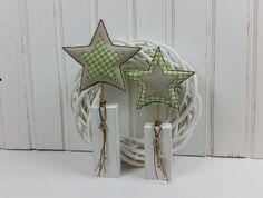 Weihnachtsdeko - 2x Stoff-Sterne auf Holzpfosten Holzstelen XMAS - ein Designerstück von MARA-MELIEvonHerzen bei DaWanda   Weihnachten, Stoffstern, Shabby-Chic, Landhaus, Tilda-Art, Nähen, Holz