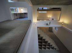 aa13 > House T / Hiroyuki Shinozaki Architects  Hiroyuki Shinozaki Architects a construit une maison-atelier pour un couple dans le centre de Tokyo. Les étages de la maison, à l'identique de planches d'étagères, sont placés à différents niveaux de la boite que constitue la demeure et qui confère au lieu une dimension spatiale ébahissante.
