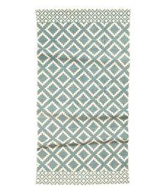 ¡Echa un vistazo! Alfombra rectangular en tejido de algodón con estampado en el lado superior. – Visita hm.com para ver más.