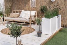 Groen in de tuin - ELLE INTERIEUR Outdoor Seating, Outdoor Spaces, Outdoor Decor, Apartment Porch Decor, Rooftop Terrace Design, Balinese Decor, Small Courtyard Gardens, Small Balcony Decor, Cheap Bedroom Decor