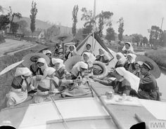 Nurses of the QAIMNSR or the TFNS and the RAMC Medical Officers having tea aboard hospital barge. Vintage Nurse, Vintage Medical, Ww1 History, Women In History, Funny Nurse Quotes, Nurse Humor, Radiology Humor, Nursing Memes, Funny Nursing