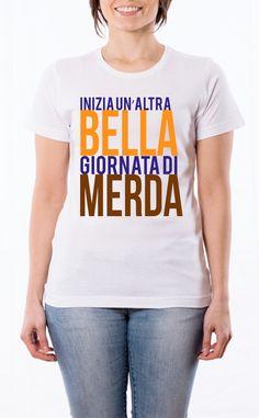 T-Shirt donna con frase: Inizia un'altra giornata di merda. Maglietta bianca con stampa digitale diretta, grafica stampa in quadricromia