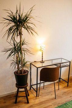 Kleiner Arbeitsplatz Mit Modernem Glastisch Und Schreibtischstuhl.  #Homeoffice #Arbeitsplatz #minimalistisch