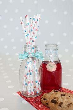Decoración fiestas. Botellitas de cristal estilo vintage. Pajitas de papel estrellas azules y rojas.