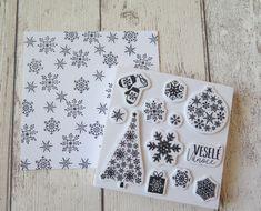 Větší bílý čtverec po celé ploše orazítkujeme motivy vloček z Vánoční sady razítek a nalepíme na základ přání.