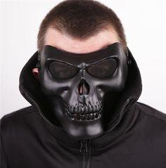Celui la est un demi masque rigide, de protection, de couleur noir, en matière plastique, en forme de crâne, utilisé aussi pour les air soft, les parties de paintball et pour pleins d'autres activités encore..Les sangles sont élastiques et réglables, assurant un bon maintien sur la tête. Les yeux sont bien protégés par les grilles au niveau des orifices du masque.