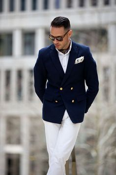 White pants blue blazer Style tips on how to wear an ascot. An ascot or cravat is a neck dressing for men worn in place of a tie with a blazer or suit. Here's how to wear an ascot. Gentleman Mode, Gentleman Style, Fashion Pants, Look Fashion, Mens Fashion, Fashion Menswear, Sharp Dressed Man, Well Dressed Men, Stylish Men