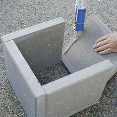 DIY Paver Planter DIY plant boxes with a modern look are easy and inexpensive to make with square concrete pavers and adhesive.DIY plant boxes with a modern look are easy and inexpensive to make with square concrete pavers and adhesive. Garden Crafts, Garden Projects, Diy Crafts, Beton Diy, Concrete Pavers, Concrete Garden, Cement Steps, Garden Pavers, Concrete Blocks