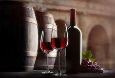 Weinflasche mit Gläsern im  Weinkeller