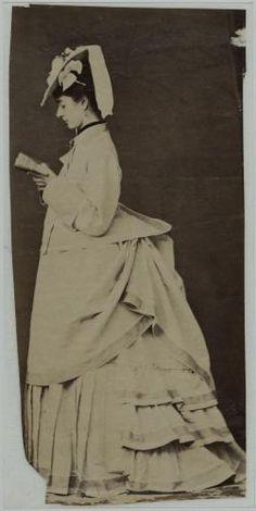 Femme de profil portant une tenue de campagne en toile blanche V. de F.   Paris Musées Palais Galliera, 1800s Fashion, Antique Pictures, Victorian Design, Statue, Paris, Bustle, Clothes For Women, Corsets