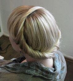 Ohjeet  1.  Ota pieni aloitusosio. Sen äärirajat ovat jakaus, kasvojen hiusraja ja vapaana killuva hiusmassa. Kierrä hiusta kuvan mukaisest...