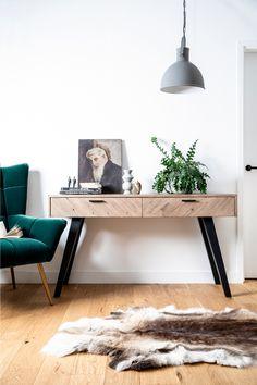 Console contemporaine en bois recyclé certifié FSC. Dimensions : 120 x 43cm. Choisissez le style contemporain pour votre intérieur avec la console en bois recyclé Vittoria. Dotée de 2 tiroirs avec poignées en métal et motif chevron, cette console d'entrée est réalisée en bois recyclé et affiche ici et là quelques imperfections. Pleine de style et de belle qualité, c'est le genre de meubles dont on ne se lasse pas !