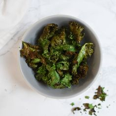 Airfryer review and recipes - Anne Travel Foodie kale crisps chips boerenkool #airfryer #kale Lunch Recipes, Vegan Recipes, Kale Crisps, Vegan Pumpkin Bread, How To Make Sandwich, Air Fryer Recipes, Foodie Travel, Healthy Eating, Chips
