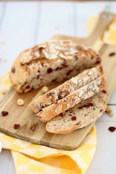 Cranberry noten brood - Lekker eten met Linda Pastry Recipes, Bread Recipes, Piece Of Bread, Bread And Pastries, Bread Baking, Raisin, Bakery, Good Food, Brunch