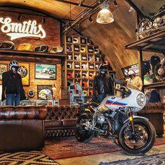 Man Cave Room, Car Man Cave, Man Cave Bar, Man Cave Garage, Motorcycle Workshop, Motorcycle Shop, Motorcycle Garage, Garage Car Lift, Dream Car Garage