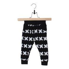 broekje, joggingbroekje, zwart, wit, kriss kross, pants, jogger, black, white, kruisjes, kruisen, kruis, lucky no.7