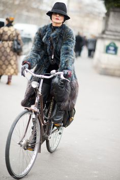The mysterious stylist Catherine Baba rode her bike to and from the Balmain fashion show in a hat with veil …--- fur on two wheels, how chic is that Catherine Baba, Cycle Chic, Fabulous Furs, Retro Stil, Bicycle Girl, Bike Style, Star Fashion, Bike Fashion, Winter Outfits