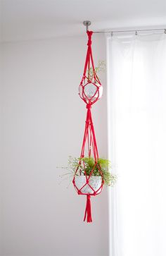 DIY suspension for plants in trapilho - Cherry Green . DIY suspension f Diy Suspension, English Decor, Little Presents, Hanging Plants, Plants Indoor, Plant Holders, Diy Projects To Try, Plant Hanger, Do It Yourself