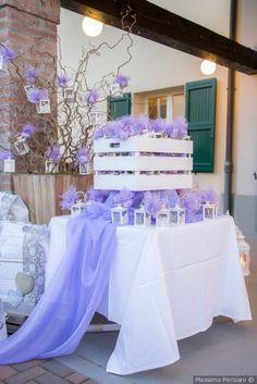 Tavolo delle bomboniere con decorazioni in color lilla #matrimonio #nozze #sposi #sposa #bomboniere #rustichic #bohochic #invitatinozze #wedding #weddingideas
