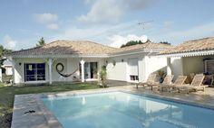 Découvrez les plans de cette bungalow de luxe sur www.construiresamaison.com >>> My Home Design, House Design, Villas, Casa Top, Courtyard House Plans, Dream House Plans, Luxury Homes, My House, Beach House