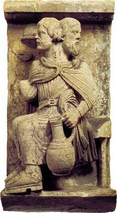 Héraldie: Janvier, le mois de Janus. Dieu du passage,du commencement et de la fin, qui présidait sous l' égide de Saturne et de ses clefs aux portes sacrées de la paix ou de la guerre. L'urne correspond au porteur d'eau, le verseau du calendrier solaire..(__URNIFER,1 er siècle avant J.C. Cicéro:Verseau n. m : qui porte une urne, . __SAT, SATUR= plein, abondant. On attribuait à Saturne les pluies torrentielles.)