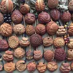 Carved avocado pits art , me , 2019 : UnusualArt - Modern Foam Carving, Dremel Wood Carving, Avocado Art, Avocado Seed, Diy Crafts To Do, Wood Crafts, Arts And Crafts, Wood Carving Designs, Wood Carving Patterns