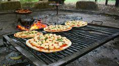 Hacer pizza a la parrilla es un arte y una ciencia. Muchas cosas pueden salir mal, pero con un poco de práctica, es bastante fácil hacerla y podrás combinarla con otras delicias hechas a la parrilla. La base crujiente, el aroma levemente ahumado, y la romántica sensación de cocinar con brasas vuelven a la pizza ...