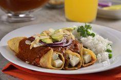 Picositas enchiladas en salsa tersa de chile pasilla con jitomate, rellenas de delicioso y fresco queso panela cubiertas de crema, aguacate, cebollita morada y almendra. Es una opción sabrosa y diferente para preparar enchiladas originales, pruébalas.