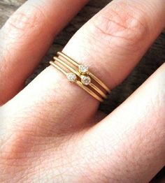 贅沢にダイヤの指輪を重ねづけ。  何かのお祝いや記念にひとつひとつ増やしていく楽しみにもなりそう。