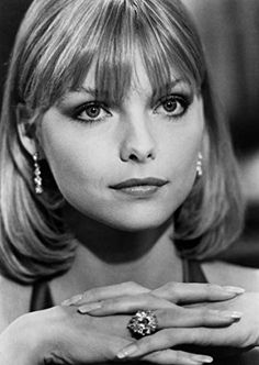 Michelle Pfeiffer as Elvira in the movie Scarface Technique the same as she has always been heavy lidded - dark at the edge to draw it back. Michelle Pfeiffer Scarface, Elvira Hancock, Portraits, Actors, Most Beautiful Women, American Actress, New Hair, Hair Cuts, Hairstyle