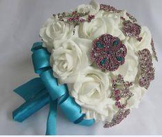 Buquê em rosas brancas com broches em strass azul e rosa pink. https://www.facebook.com/buquedenoiva.rj/?ref=bookmarks