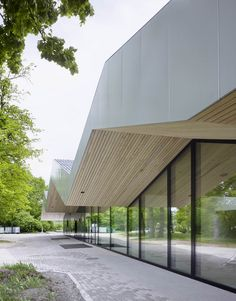 Frei + Saarinen Adds A Zigzagging Roof To A Community Centre Extension In Switzerland - http://www.decorazilla.com/architecture/frei-saarinen-adds-a-zigzagging-roof-to-a-community-centre-extension-in-switzerland.html