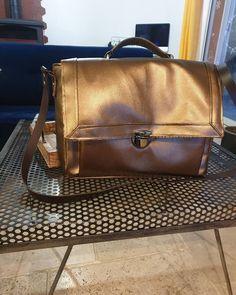 🌹Maman de 3 💜 🌹 sur Instagram: Sac Cartable en simili cuir marron Pleins de nouveautés pour moi, mousse sur résille, pontets, pieds de sac 😁 Patron @patrons_sacotin
