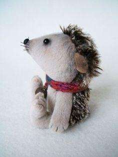 little hedgehog Stuffed Toys, Stuffed Animals, Softies, Plushies, Making Dolls, Hedgehog Art, Felt Embroidery, Homemade Toys, Hedgehogs