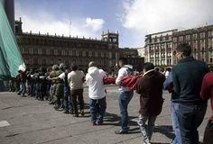 izamiento de bandera en el zocalo dela ciudad de México