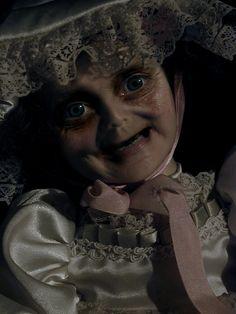 Boneca com os olhos meio esbugalhados e sorrisinho sinistro. Dormir com ela do lado, quem quer?