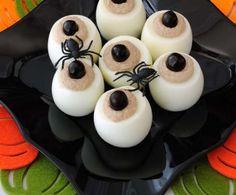 Le uova ripiene sono ideali da preparare in occasione di un aperitivo a buffet con gli amici, da gustare in attesa della portata principale.