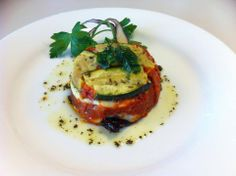 Gâteau de courgette, tomate, mozzarella, basilic et parmesan.