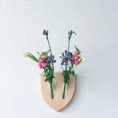 Elkebana est le résultat d'une collaboration entre Fabio Milito et Paula Studio. Après le succès viral de leur concept Elkebana, ils ont décidé de commencer la production.  L'ikebana est un art ancien japonais visant à disposer des éléments floraux dans des compositions harmonieuses. Elkebana amène l'art ancien de l'ikebana au mur, afin de transformer l'idée de trophées muraux dans une mutation continue, de créatures florales. Elkebana est le 1er trophée mural approprié pour les végétaliens.