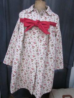 Manteau AGLAE en lin brut fleuri de rouge fermé par un neoud de lin rouge (2)