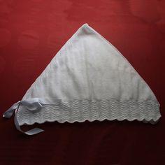 Toquilla triangular (en la foto doblada por la mitad) Hecha totalmente a mano con lana de primera calidad.  Medida aproximada: 1,15 m el lado largo y distancia del lado largo al pico de unos 65 cm.
