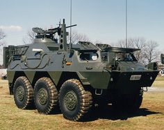 82式指揮通信車 略称:CCV 愛称:コマンダー [乗員]8人 [全備重量]約13.6t [全長]5.72m [全幅]2.48m [全高]2.38m [最高速度]100km/h [エンジン] 水冷4サイクル10気筒 ディーゼル機関 305ps/2,700rpm [武装] 12.7mm重機関銃 62式7.62mm機関銃(必要に応じ) [開発]防衛庁技術研究本部 [製作]小松製作所 陸上自衛隊で初めての国産の装輪装甲車であり、師団司令部、特科中隊(自走砲)等に装備。
