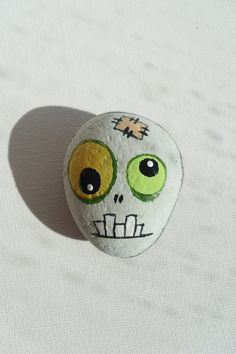 Zombie - Painted Zombie's Head - Painted Sea Stone --- Mommy can you get papa to do some of these for me? Pebble Painting, Pebble Art, Stone Painting, Rock Painting, Stone Crafts, Rock Crafts, Arts And Crafts, Halloween Rocks, Halloween Crafts