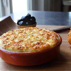 Um purê de bacalhau com batata bem temperado, para servir quente com torradas ou pão.